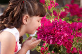 Menina cheirando flores — Foto Stock