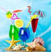 экзотические коктейли с тропическими фруктами с тропической снарядов и камнями — Стоковое фото