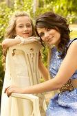 Vrij lachende moeder en dochter — Stockfoto