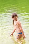 Lilla söta tjejen som spelar i floden — Stockfoto