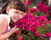 Felice bella ragazza profuma di fiori — Foto Stock