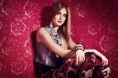 Mooie jonge vrouw met make-up — Stockfoto