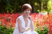 Yeşil bahçe içinde güzel bir hamile kadın — Stok fotoğraf