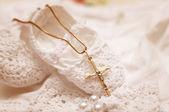 Zapatos de bebé y blanco vestido de bautizo — Foto de Stock