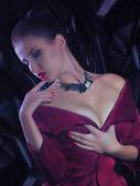 Žena s šperky náhrdelník — Stock fotografie