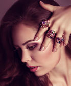Žena s prsteny šperky — Stock fotografie