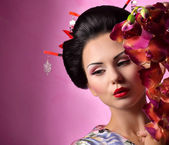 Geisha woman with flowers — Stock Photo