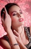 Kvinna i smycken armband — Stockfoto