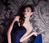 Bellissima giovane donna in abiti di moda — Foto Stock