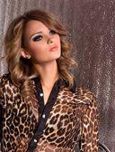 Ritratto di donna giovane e bella con il trucco nei vestiti di moda — Foto Stock