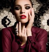 Donna moda con decorazioni preziose gioielli. — Foto Stock