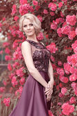 Bahar bahçe içinde güzel bir kadın — Stok fotoğraf