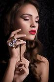 Kvinna med halsband — Stockfoto