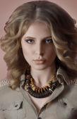 Donna con preziosi decori — Foto Stock