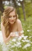 Nevěsta v jarní zahradě — Stock fotografie