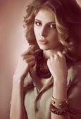 Mujer con preciosas decoraciones — Foto de Stock