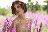 Mujer en el jardín de primavera — Foto de Stock