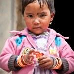 tibetische Mädchen mit Süßigkeiten — Stockfoto