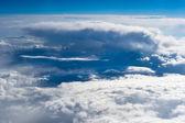 Bulutlar ile yüksek mavi gökyüzü arka plan üzerinde güzel manzara — Stok fotoğraf