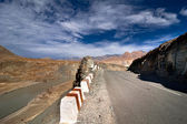 Road going across Himalaya mountains along Indus river — Stock Photo