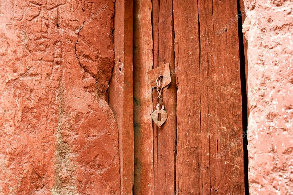 在橙色复古金属门链把手绘木质门