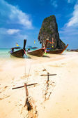 Tropical beach landscape. Traditional long tail boats. Thailand — Stock Photo