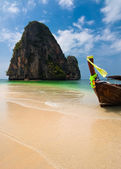 Tropical beach landscape. Thai traditional long tail boat — Stock Photo