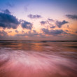 Sunset at tropical beach. Ocean sandy coast under evening sun — Stock Photo