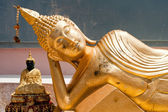 Golden statue of resting Buddha (Tuesday) in Wat Phra Yai Temple — Stock Photo