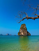 Tropical beach landscape with rock formation island and ocean — Stock Photo
