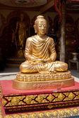 Statua dorata del buddha in meditazione. thailandia — Foto Stock