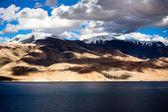 Atardecer en lago tso moriri. altura 4600 m. montes himalaya — Foto de Stock