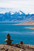 Boeddhistische stenen piramide in ochtend tso moriri lake. hoogte 4600 — Stockfoto