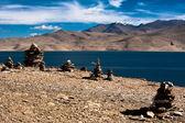 Pirâmide de pedra budista em tso moriri lago. índia — Foto Stock