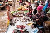 Khmer mujer y su hijo vendiendo pescado en el mercado de alimentos. paes, camboya — Foto de Stock