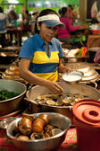 Khmer woman selling traditional food at marketplace, Cambodia — Stock Photo