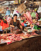 Khmer woman selling meat at traditional food marketplace in Siem Reap, Cambodia — Стоковое фото