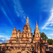 Sukhothai Historical Park. Wat Mahathat Temple under blue sky. Thailand — Stock Photo