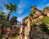 Ruins of ancient stupas of Shwe Indein Pagoda. Inle Lake, Shan State, Myanmar (Burma) — Stock Photo
