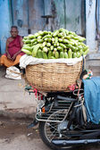 TRICHY, INDIA Indian men selling greengrocery — Stock Photo