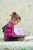 Kind lezen van een boek — Stockfoto