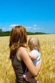 母亲与孩子在麦田 — 图库照片