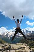 Jumping hiker — Stock Photo