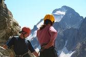 两名登山者,往下看 — 图库照片