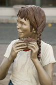 "Sculpture of a girl eating called ""Yum Yum"" by J. Seward Johnson — Stock Photo"