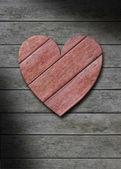 Czerwone serce drewna na szary wyblakły drewniane tła — Zdjęcie stockowe
