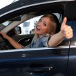Blonde at the wheel of a car — Stockfoto