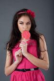 Fille en robe rose tenant une sucette — Photo