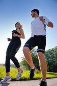Jong koppel joggen — Stockfoto
