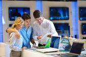 Jovem casal na loja de eletrônicos de consumidor — Foto Stock